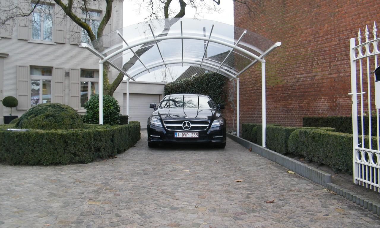 Carport independant avec un toit transparant