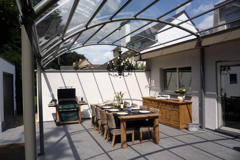 Profitez plus de votre terrasse avec un auvent bozarc for Villa avec terrasse couverte