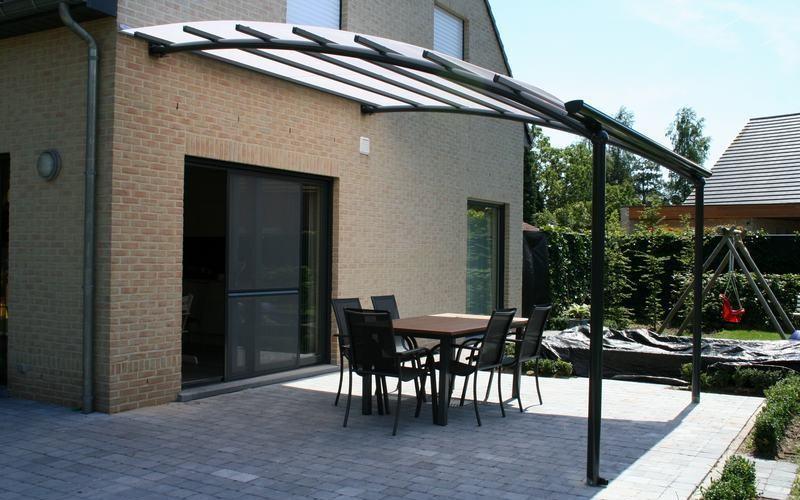 ... de la vie extérieure à Courcelles avec un auvent de terrasse