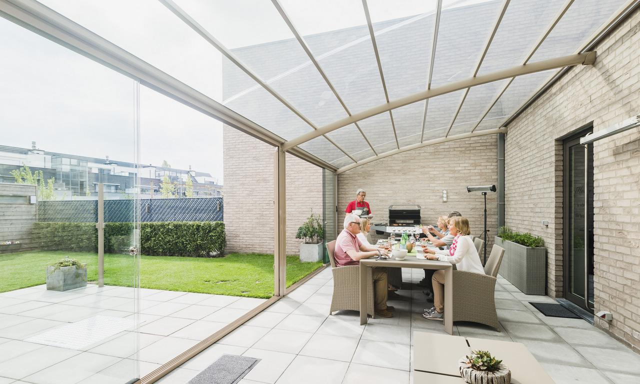 Auvent De Terrasse à Structure Cintrée. Toiture Opaline Pour Une Protection  Solaire Optimale